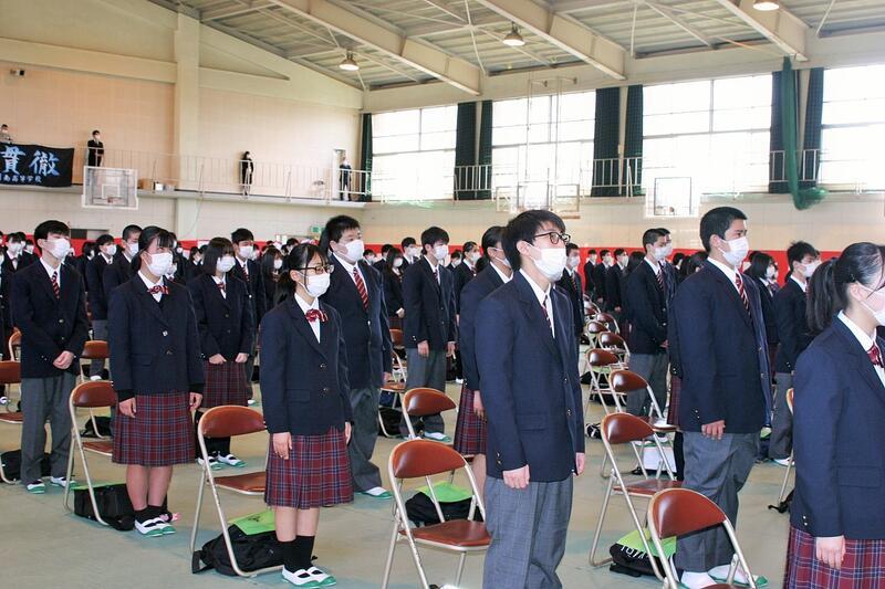 開式のことばで起立する生徒